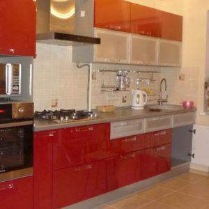 Кухня на заказ - с красным фасадом