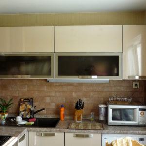 Кухня на заказ - с бежевым фасадом